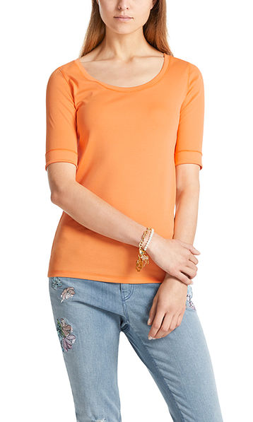Basic top with half-length sleeves